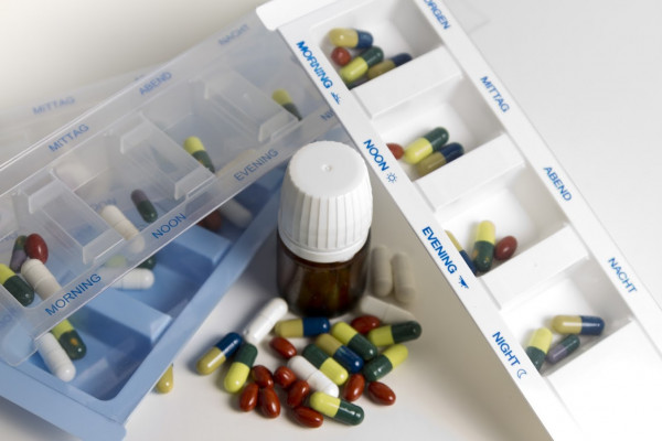 Medikamente Pillen Tabletten Tropfen Medikamente setzen medicine boxes with pills and medicines