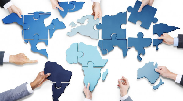 Hand Hände Welt Karte Kontinente Puzzle Teile Europa Asien Amerika Afrika Australien Globalisierung Business People with Jigsaw Puzzle Forming World Map