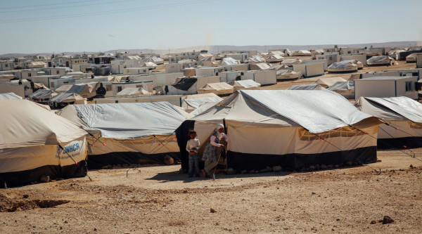 Flüchtling Einwanderer Immigrant Migrant Migration Integration Syrian children standing outside their tent at the Zaatari refugee camp in Mafraq, Jordan