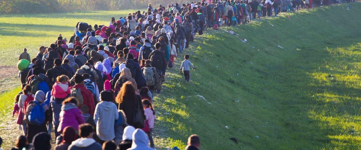 Flüchtling Einwanderer Immigrant Migrant Migration Muslim Moslem Islam Integration Several thousand refugees are wandering into the direction of Deutscland Dramatical picture from European refugees crisis see my collection from refugees 25.10.2015 Slovenia Breznice