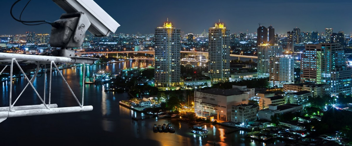 Kamera Großstadt Nacht Technik Security cameras monitor the movement of the top of the building Aerial view of Bangkok along Chaophraya River